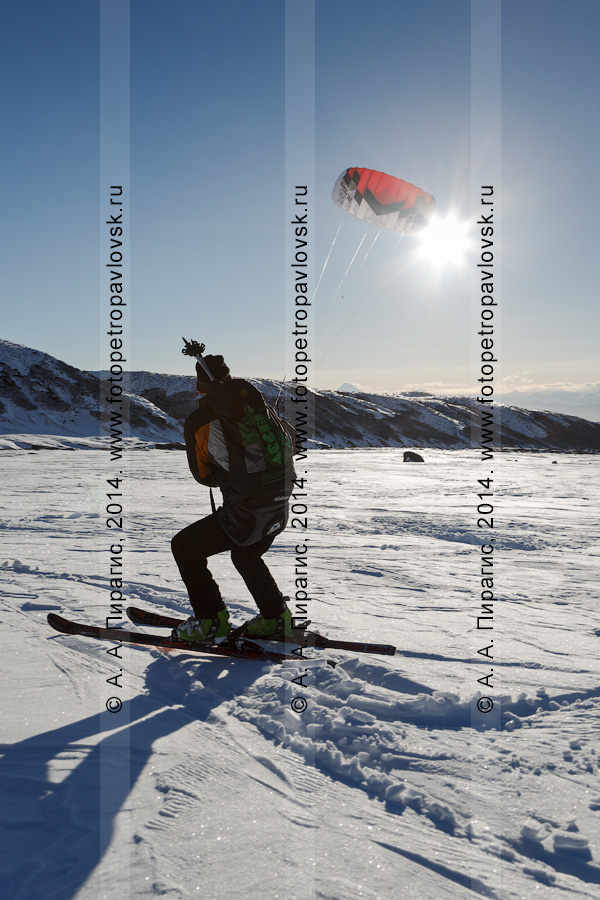 Фотография: сноукайтинг (зимний кайтинг, snowkiting) на Камчатке