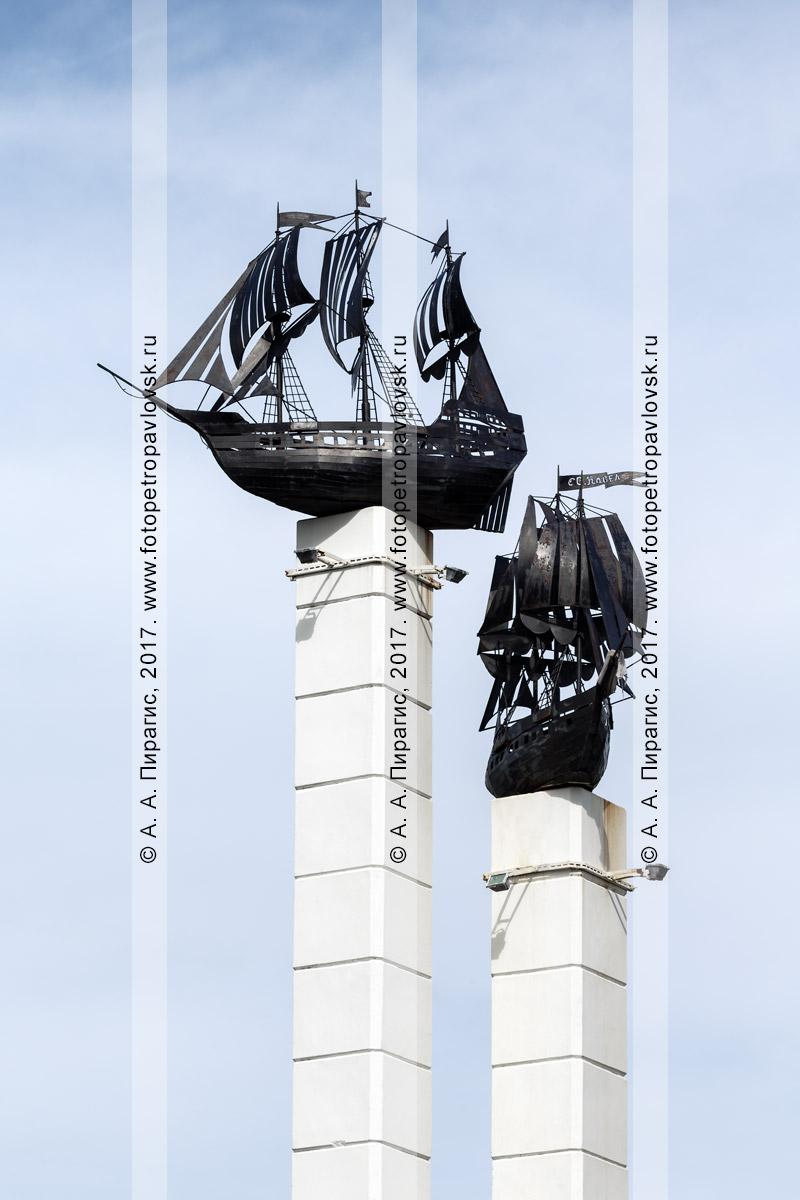 Фотография: макеты парусных кораблей на стелах при въезде в город Петропавловск-Камчатский. Полуостров Камчатка