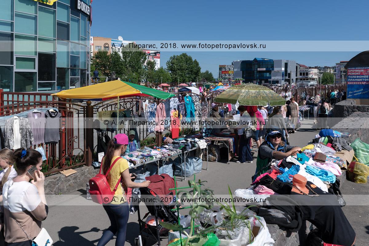 Фотография: осуществление торговой деятельности, оказание услуг вне специально отведенных для этого местах: тротуаре, пешеходной дорожке, автобусной остановке