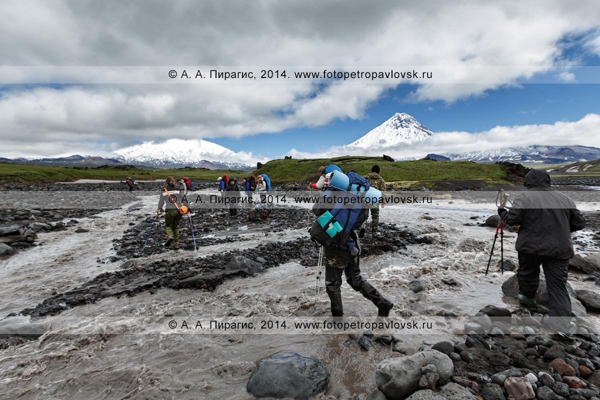 Фотография: пеший туризм на полуострове Камчатка — туристическая группа переправляется через горную реку Студеную