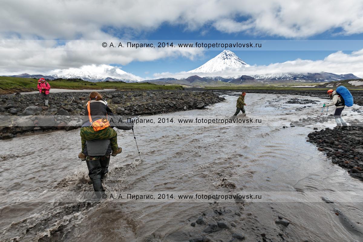 Фотография: пеший туризм на Камчатке — переправа туристов и путешественников через горную реку Студеную