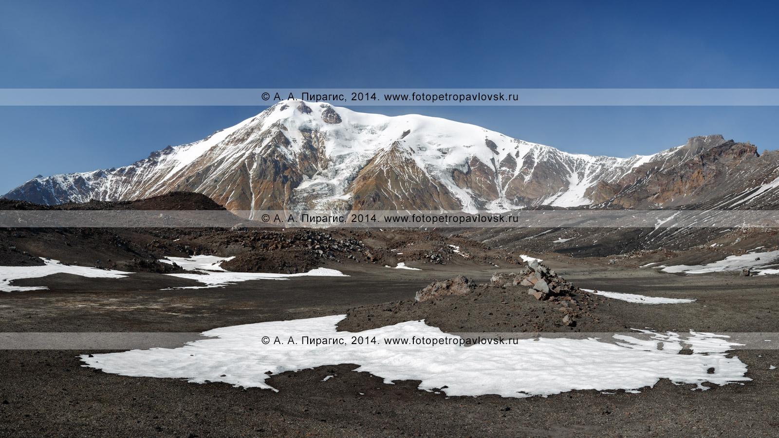 """Фотография (панорама): вершина вулкана Острый Толбачик (Ostry """"Sharp"""" Tolbachik), вид со склона вулкан Плоский Толбачик (Plosky """"Flat"""" Tolbachik). Полуостров Камчатка, Ключевская группа вулканов"""