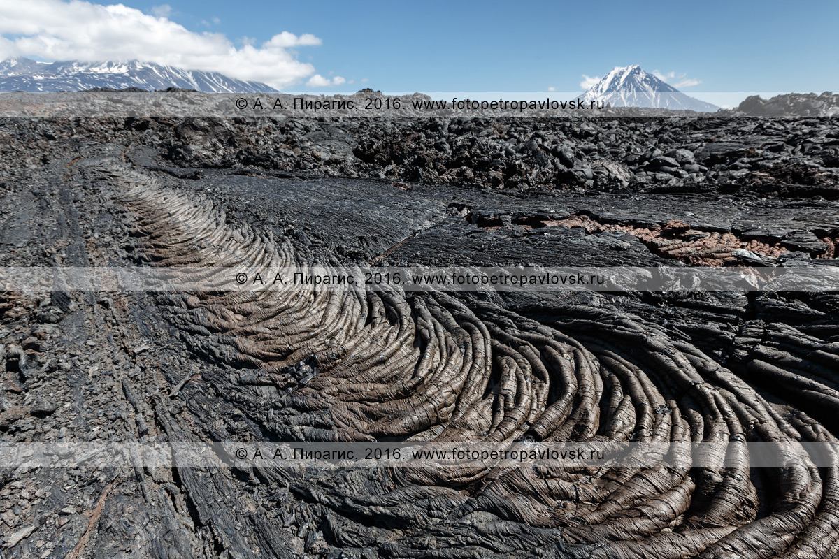 Фотография: камчатский вулканический пейзаж, канатная лава Трещинного Толбачинского извержения имени 50-летия ИВиС ДВО РАН. Камчатка, Ключевская группа вулканов
