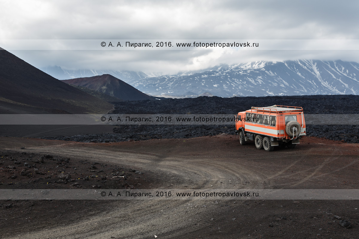 Фотография: КамАЗ-вахтовка припаркован возле лавового потока Трещинного Толбачинского извержения. Камчатка, Ключевская группа вулканов