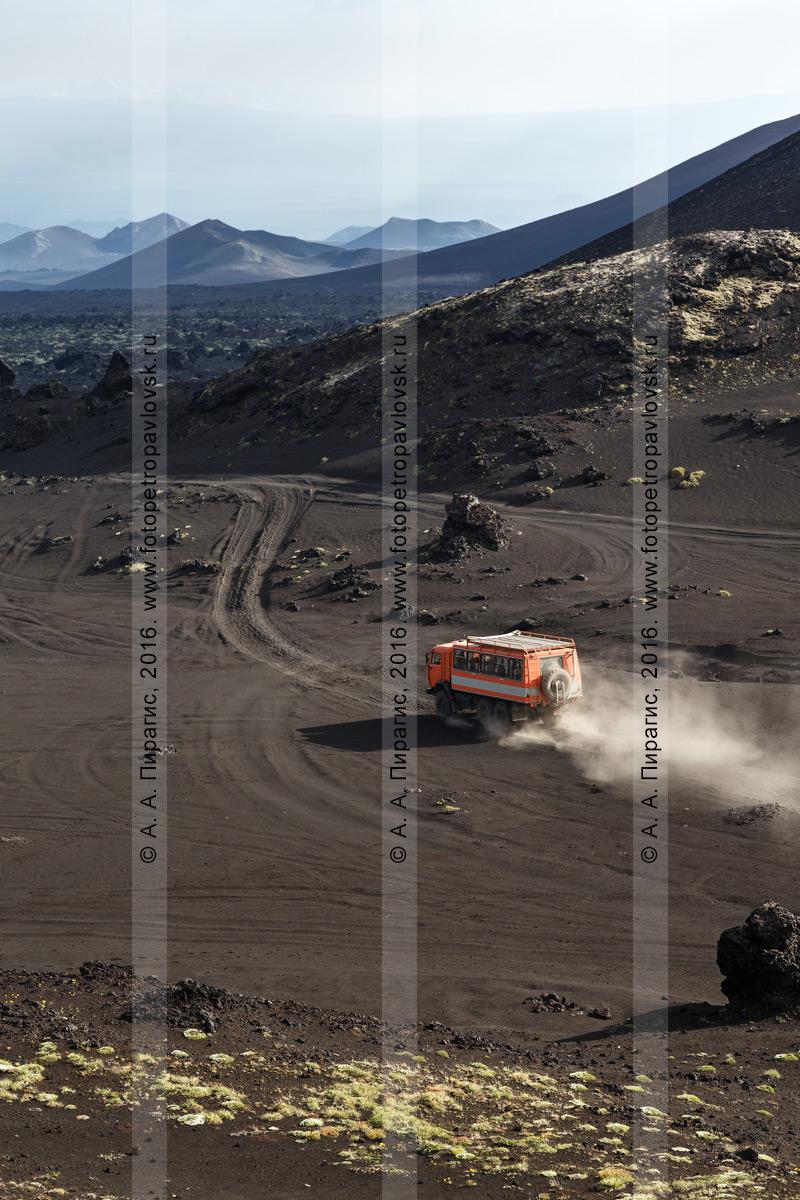 Фотография: туристический экспедиционный автомобиль высокой проходимости КамАЗ-вахтовка перевозит по Толбачинскому долу туристов и путешественников. Камчатский край, Ключевская группа вулканов