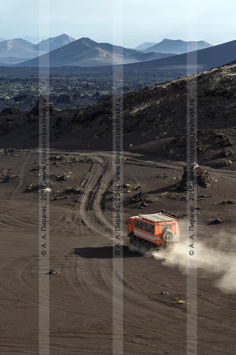Фотография: дороги Камчатки — экспедиционный автомобиль высокой проходимости КамАЗ-вахтовка мчится по Толбачинскому долу с путешественниками и туристами в кунге. Камчатка, Ключевская группа вулканов