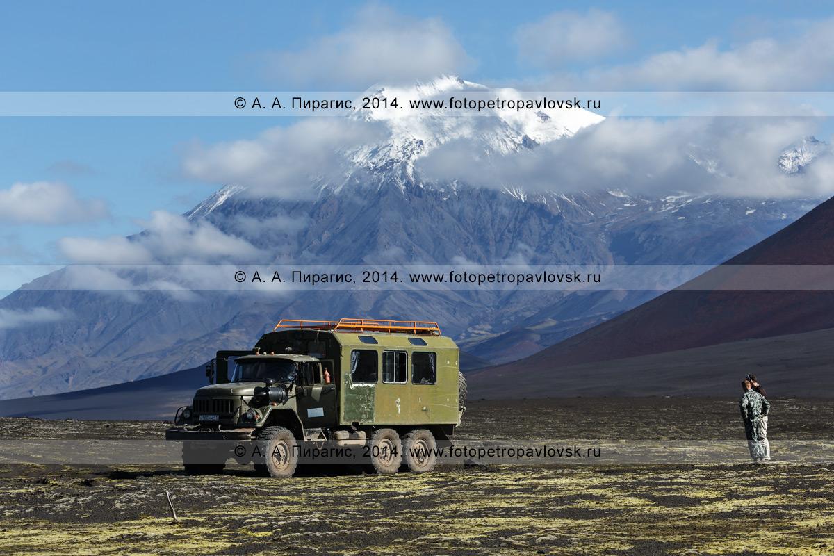 Фотография: экспедиционный автомобиль повышенной проходимости ЗИЛ-вахтовка на Толбачинском долу на фоне вулкана Острый Толбачик. Полуостров Камчатка