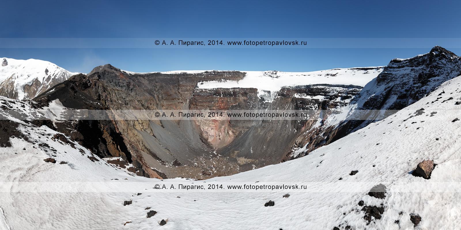 Фотография (панорама): вершинный кратер действующего вулкана Плоский Толбачик (Plosky Tolbachik Volcano), вид на кратерный провал, образовавшийся в ходе Большого трещинного Толбачинского извержения. Ключевская группа вулканов, Камчатка