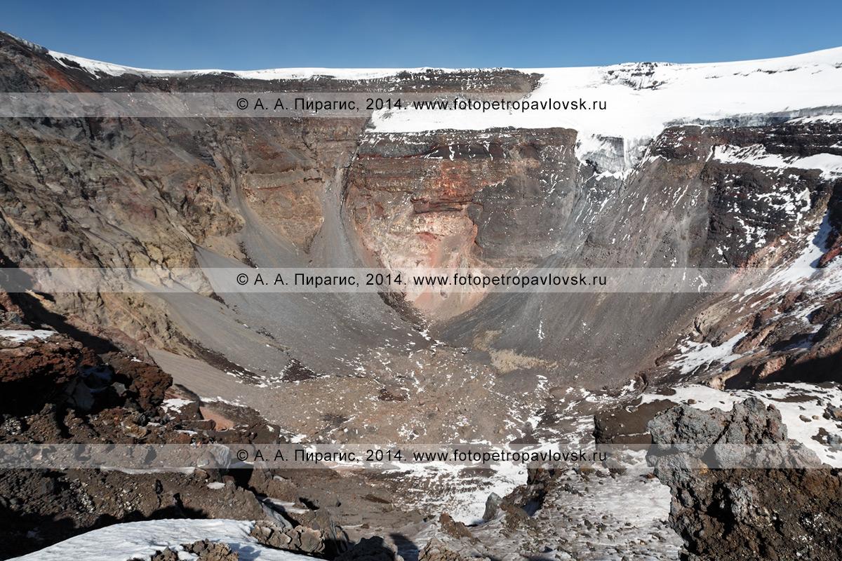 Фотография: вершинный кратер вулкана Толбачинская сопка (Tolbachinskaya Sopka), стенки кратерного провала, возникшего в результате Большого трещинного Толбачинского извержения. Полуостров Камчатка, Ключевская группа вулканов