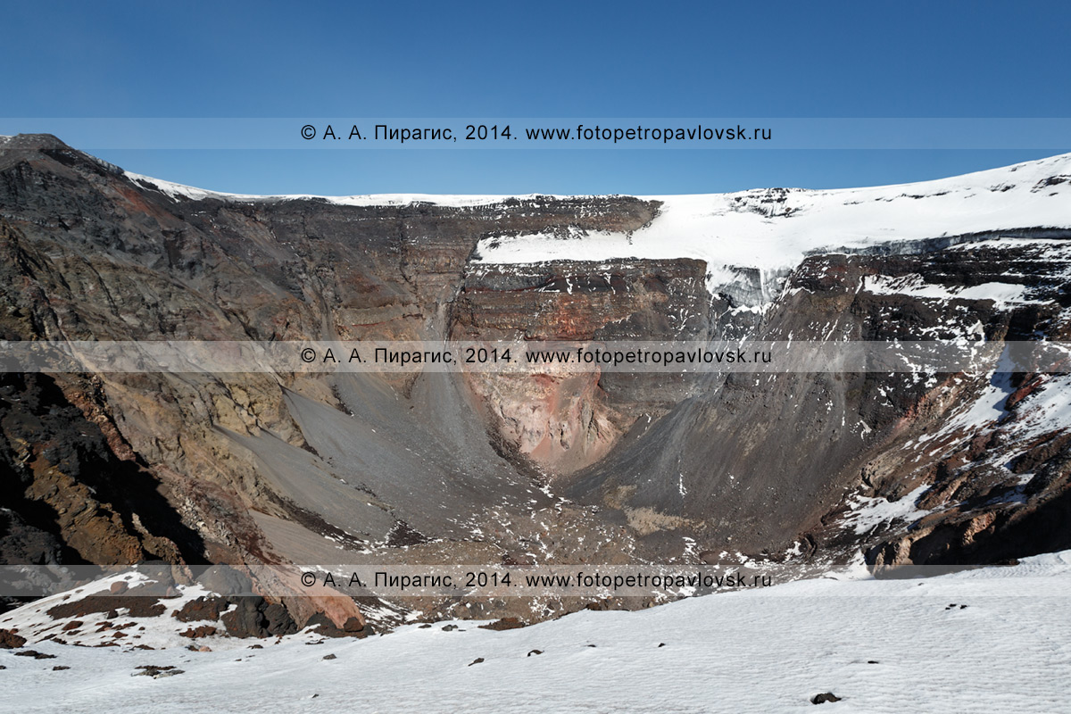 Фотография: вершинный кратер действующего вулкана Плоский Толбачик, вид на стенки провальной кальдеры, возникшей в ходе БТТИ (Большое трещинное Толбачинское извержение). Камчатка, Ключевская группа вулканов