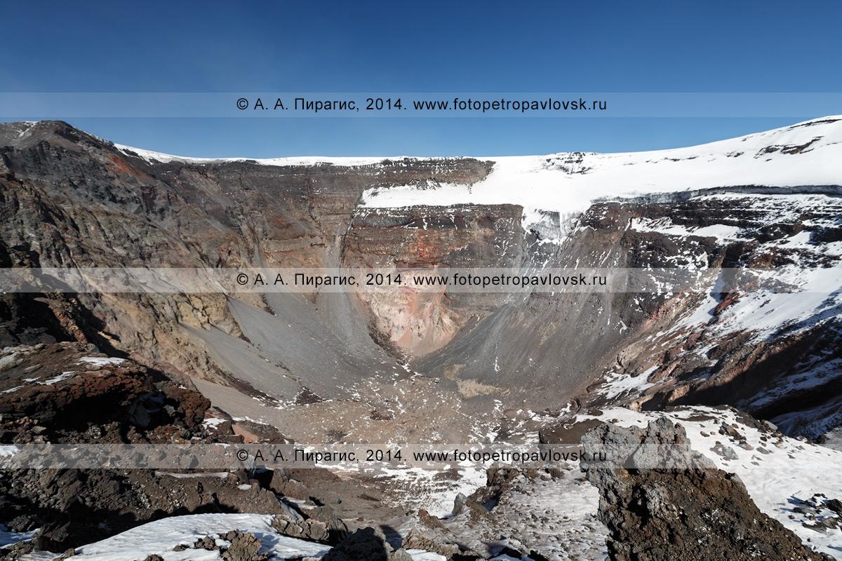 Фотография: вершинный кратер действующего камчатского вулкана, стенки провальной кальдеры вулкана Плоский Толбачик, возникшей в ходе БТТИ 1975–1976 годов, с ледниковыми уступами, обрывающимися в пропасть кратера. Ключевская группа вулканов, Камчатский край