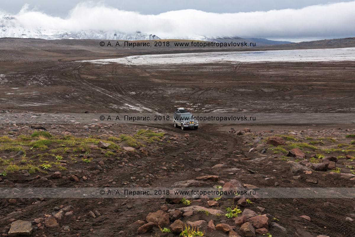 Фотография: японский автомобиль Toyota Land Cruiser Prado едет по грунтовой дороге в кальдере вулкана Горелого на полуострове Камчатка