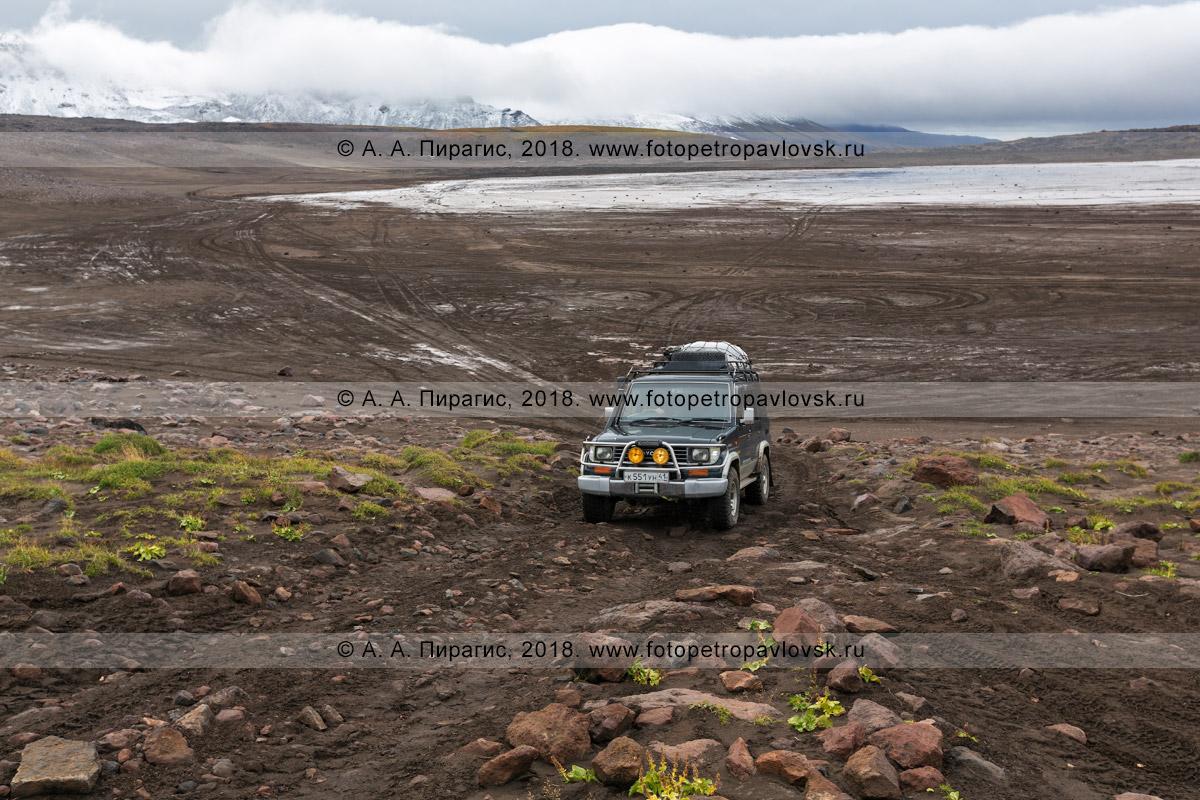 Фотография: японский внедорожник Toyota Land Cruiser Prado едет в кальдере вулкана Горелого на Камчатке