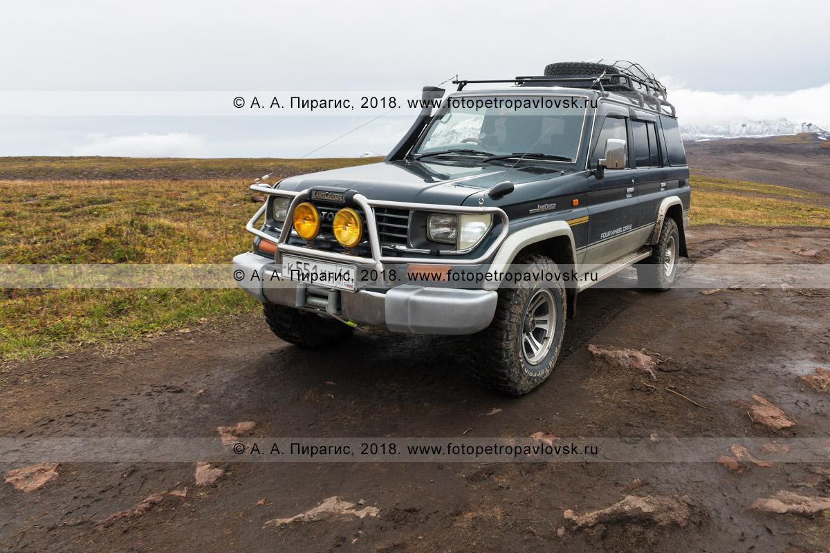 Фотография: японский автомобиль Toyota Land Cruiser Prado, подготовленный для путешествий и внедорожного туризма в Камчатском крае