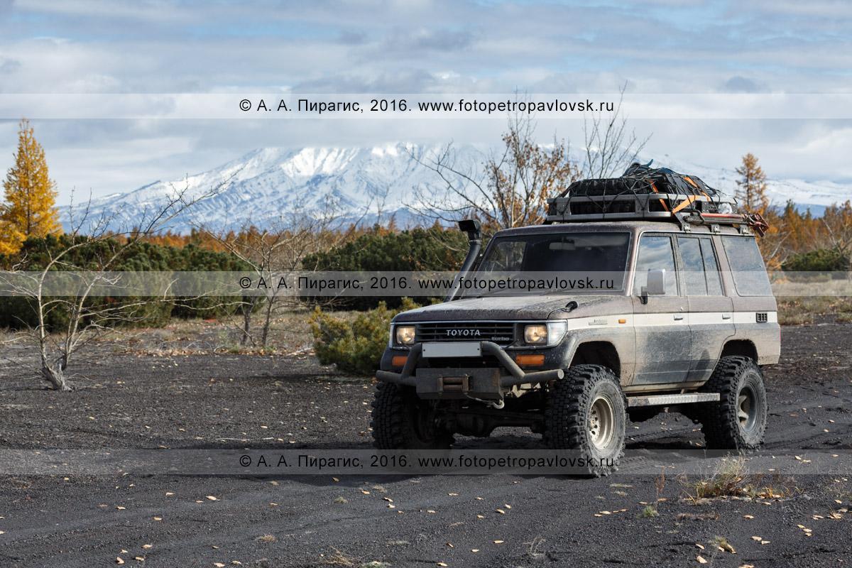 Фотография: японский внедорожный автомобиль Toyota Land Cruiser Prado (Тойота Ленд Крузер Прадо). Полуостров Камчатка