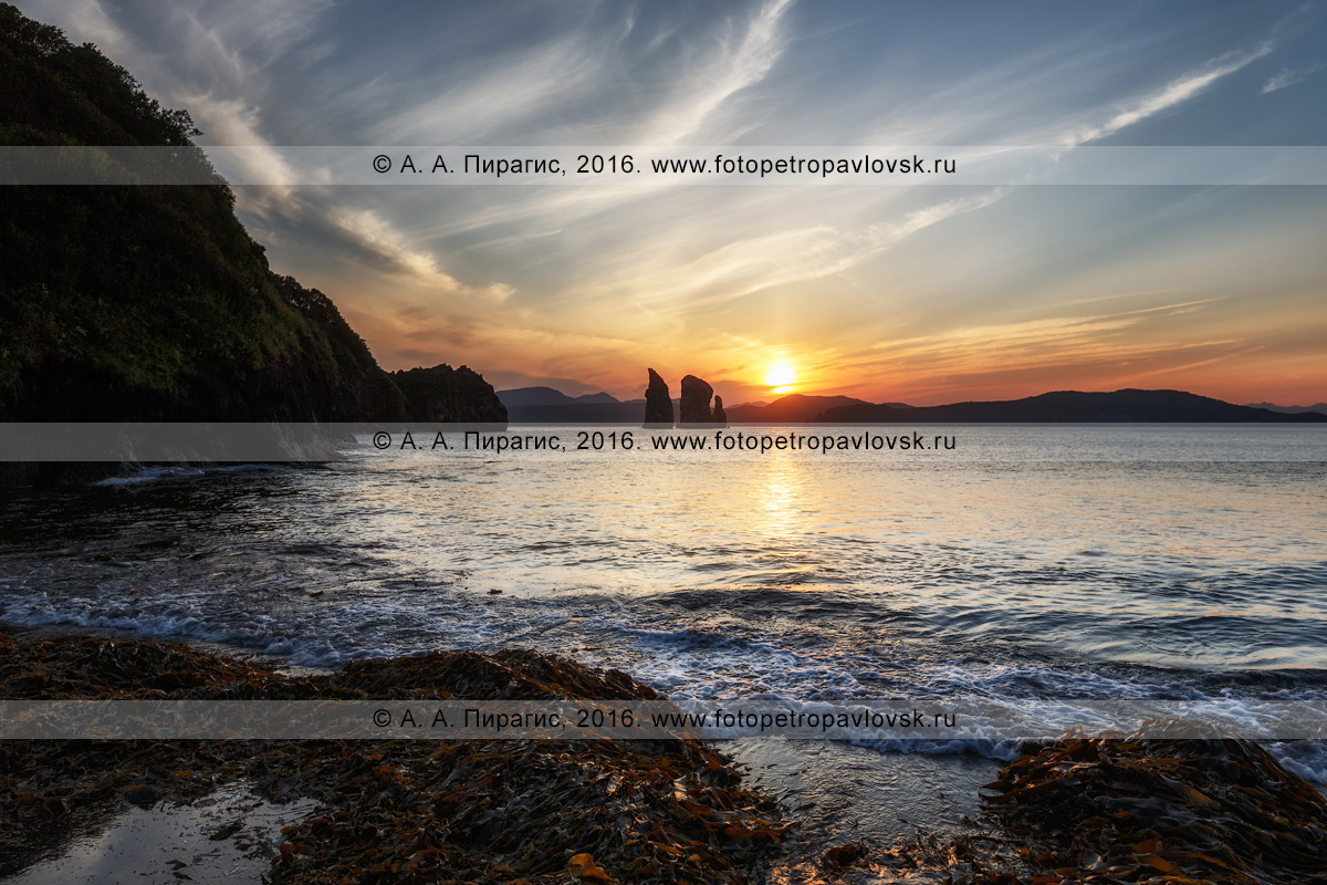 Фотография: вечерний камчатский пейзаж — вид на скалы Три Брата в Авачинской губе на закате солнца. Камчатский край