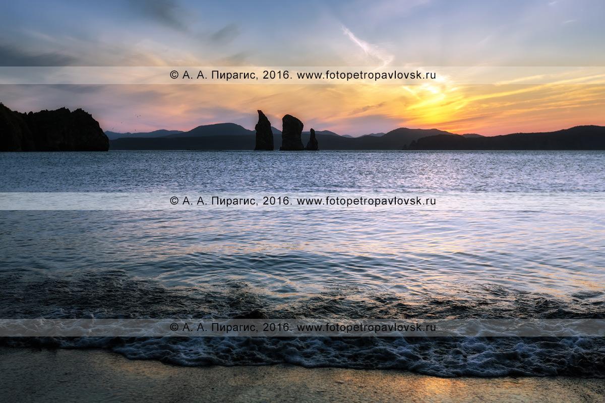 Фотография: водный камчатский пейзаж — живописный вечерний вид на скалы Три Брата в Авачинской бухте на закате солнца. Полуостров Камчатка