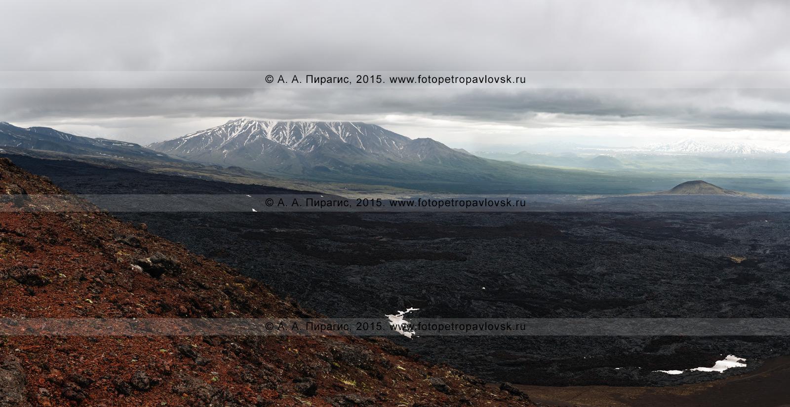 Фотография: вулканический пейзаж Камчатки, вид на вулкан Большая Удина (Bolshaya Udina Volcano) и Толбачинский дол, лавовый поток трещинного извержения вулкана Плоский Толбачик