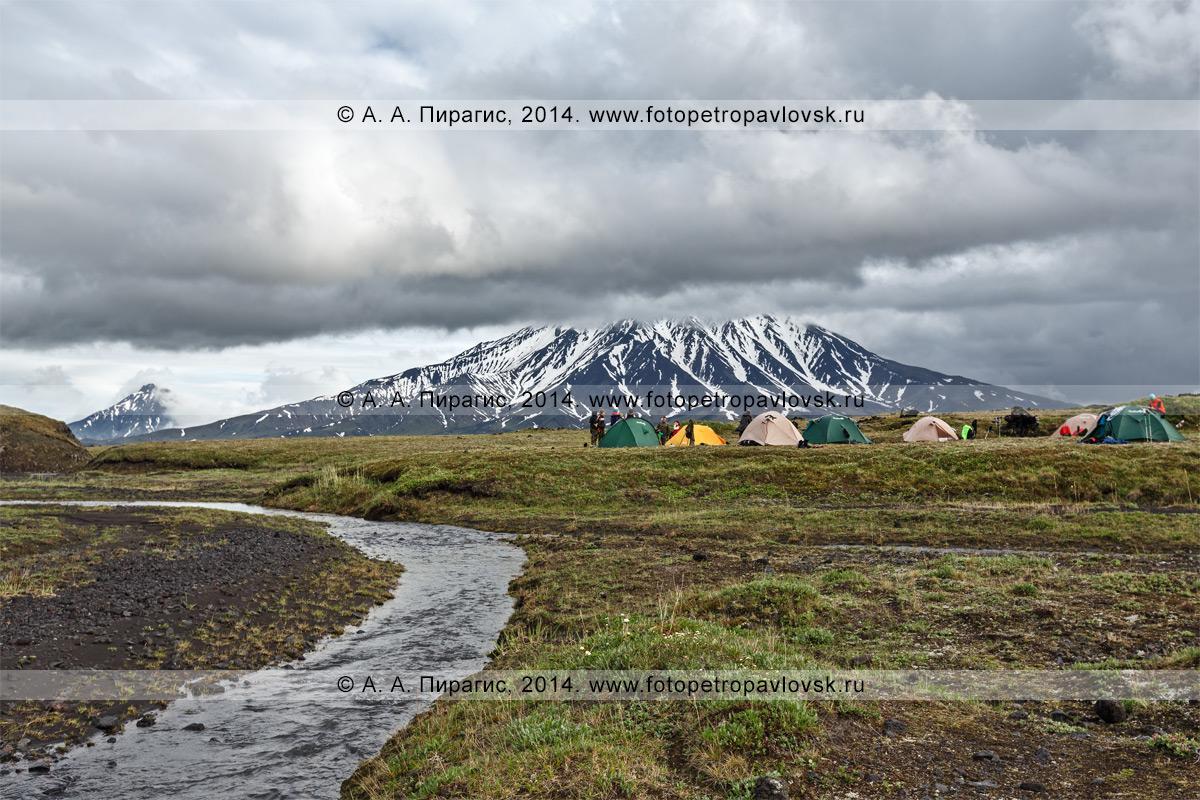 Фотография: туристический палаточный лагерь у подножия вулкана Большая Удина на полуострове Камчатка