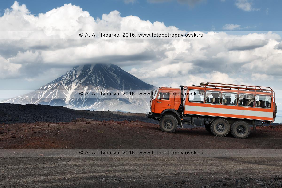Фотография: экспедиционный автомобиль высокой проходимости КамАЗ-вахтовка на фоне стратовулкана Большая Удина в Ключевской группе вулканов. Полуостров Камчатка