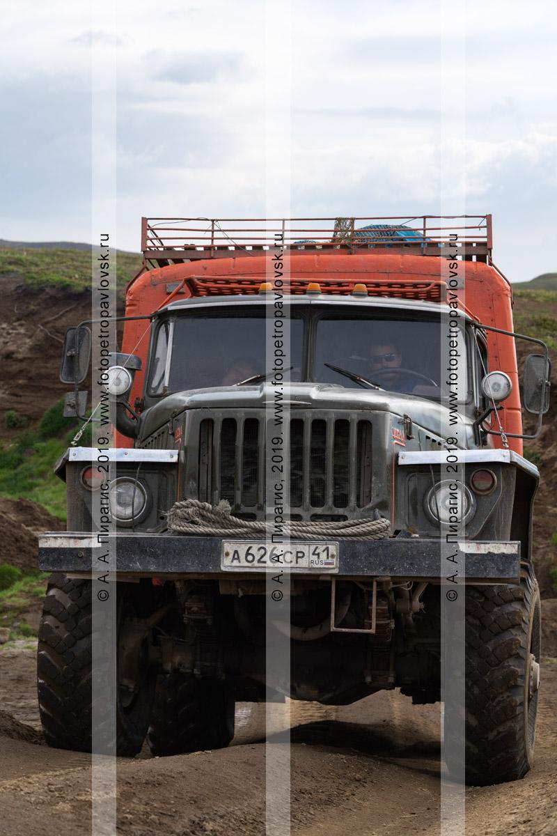 Фотография: пассажирский Урал-вахтовка едет по грунтовой дороге в горной местности на полуострове Камчатка