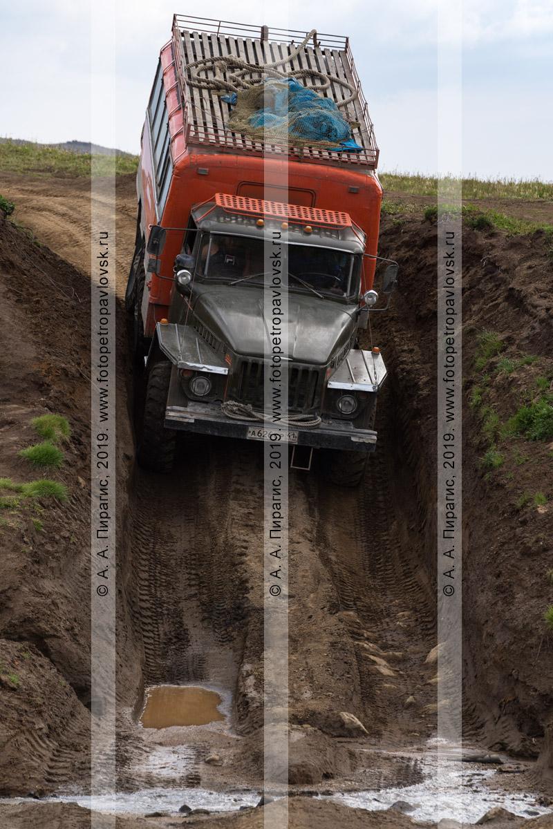 Фотография: вахтовый автобус Урал, оснащенным кузовом-фургоном для перевозки путешественников и туристов по всем видам дорог и местности