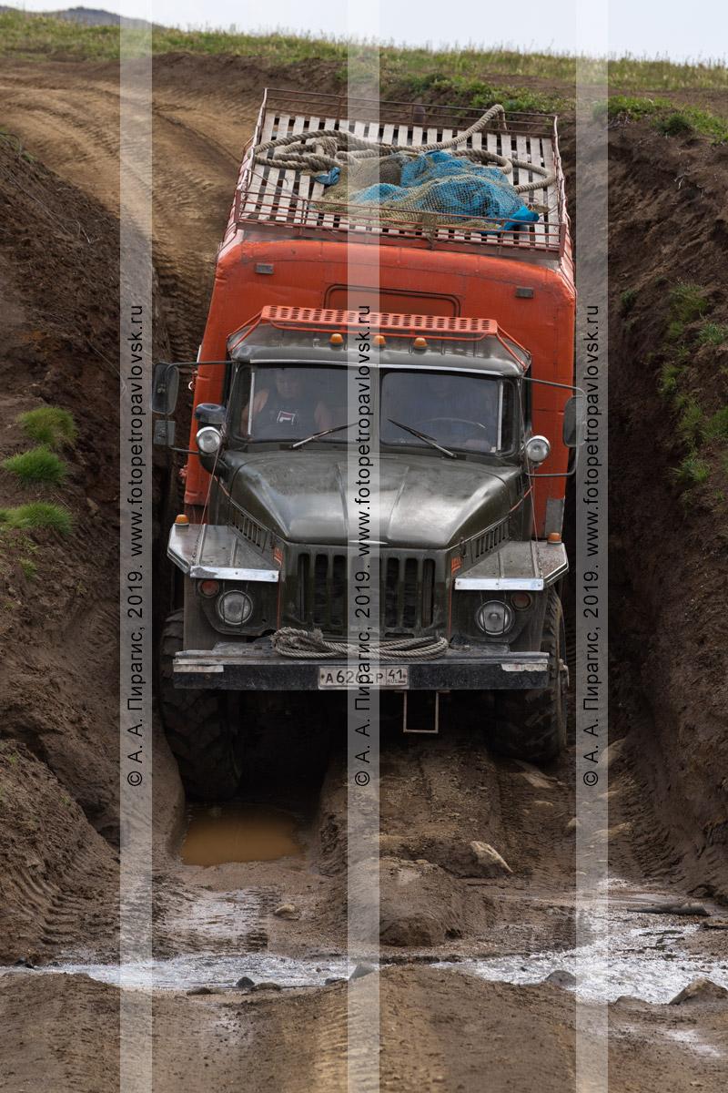 Фотография: внедорожный автомобиль Урал едет по грунтовой дороге в камчатских горах