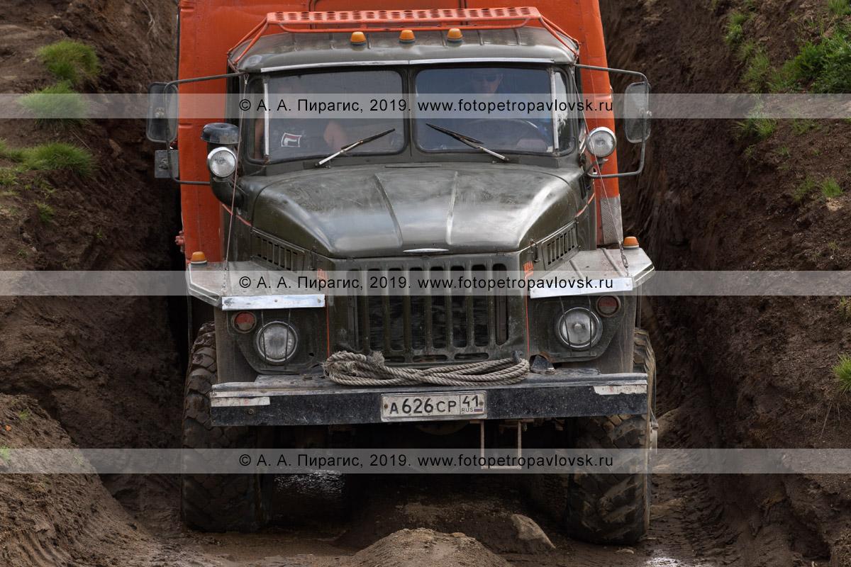 Фотография: автомобиль Урал (вахтовый автобус) движется по грунтовой дороге в горах Камчатского края