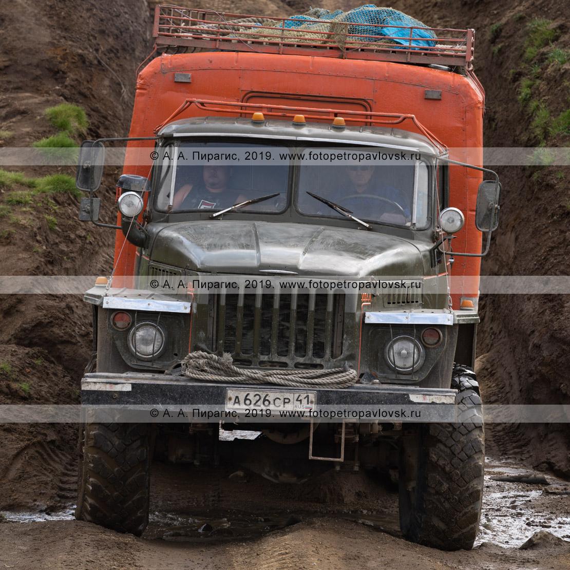 Фотография: по грунтовой дороге на Камчатке едет вахтовый автомобиль Урал повышенной проходимости, кузовом-фургоном для перевозки пассажиров