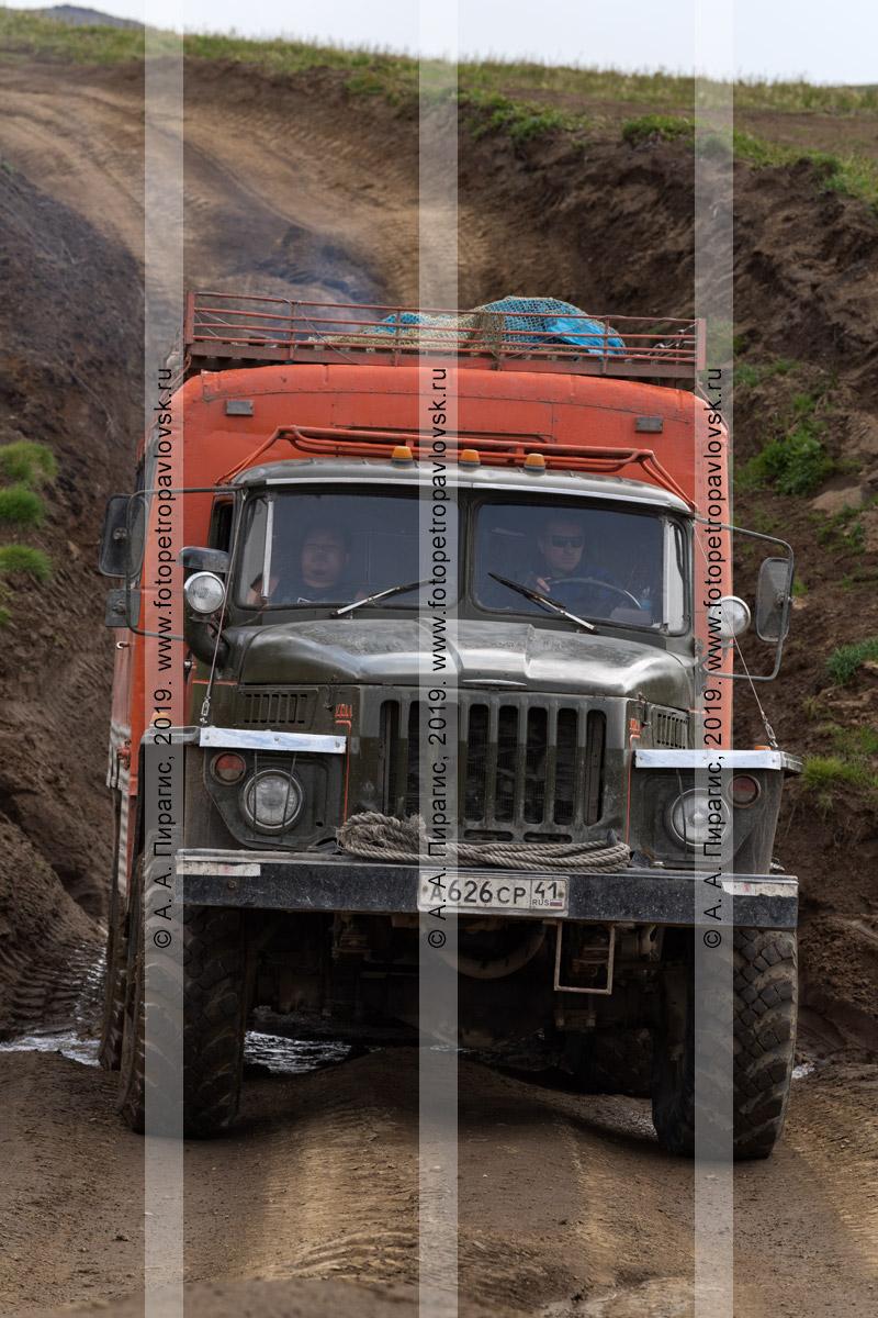 Фотография: автобус вахтовый Урал везет туристов и путешественников в кузове-фургоне по грунтовой дороге на полуострове Камчатка