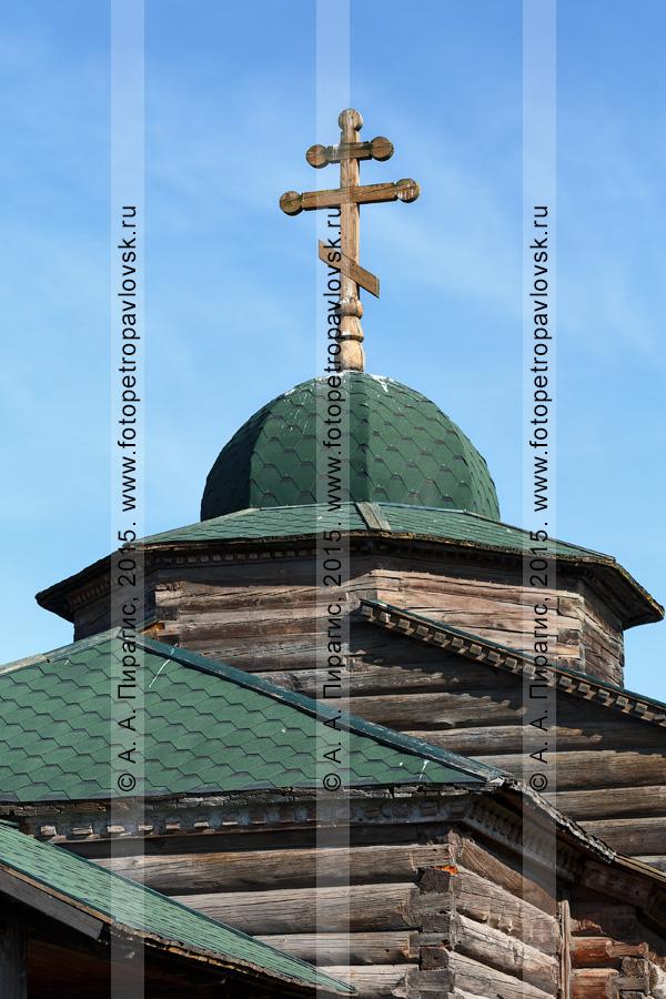 Фотография: православная Нижнекамчатская Успенская церковь (Нижнекамчатская церковь Успения Пресвятой Богородицы), вид на купол и деревянный крест. Камчатка