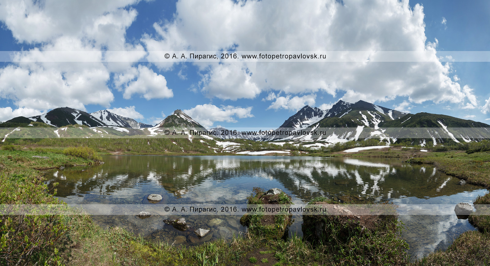 Фотография: летний камчатский горный пейзаж — панорамный вид на горный массив Вачкажец и озеро Тахколоч. Полуостров Камчатка