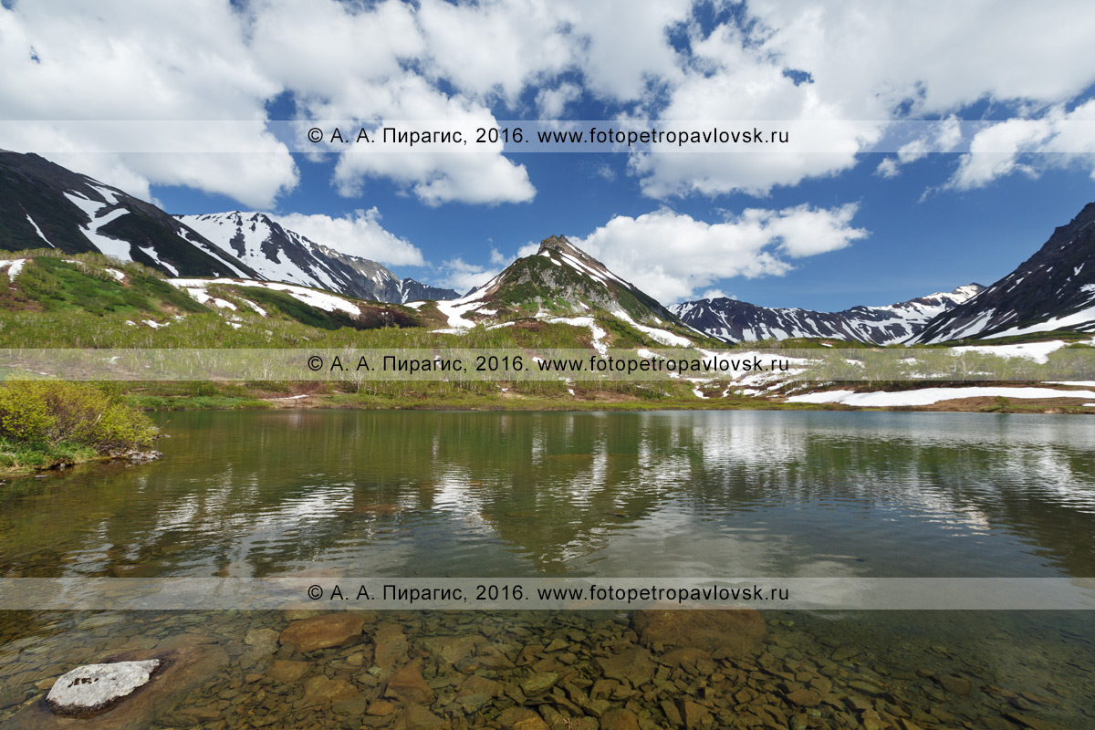 Фотография: летний пейзаж Камчатки — живописный вид на озеро Тахколоч и гору Летняя Поперечная в горном массиве Вачкажец. Камчатский край