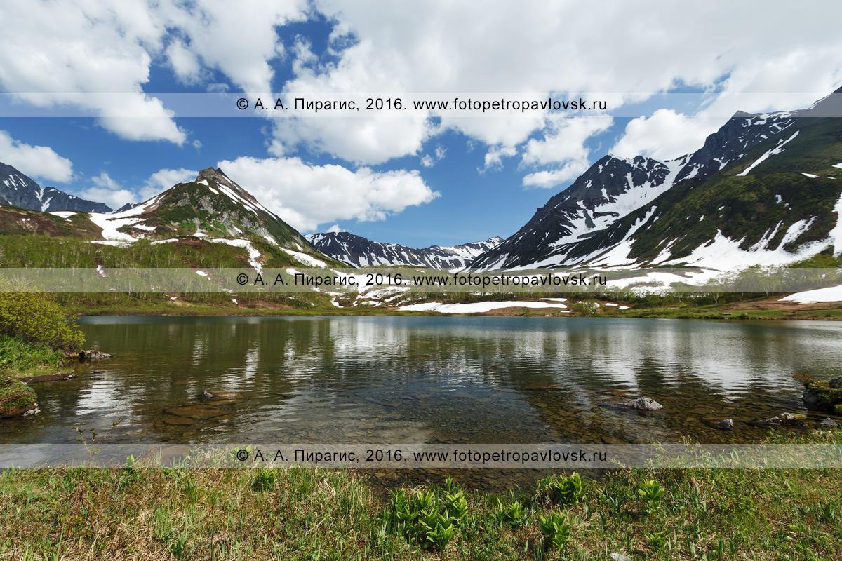 Фотография: летний пейзаж Камчатки — озеро Тахколоч, гора Летняя Поперечная и гора Вачкажцы в горном массиве Вачкажец. Полуостров Камчатка