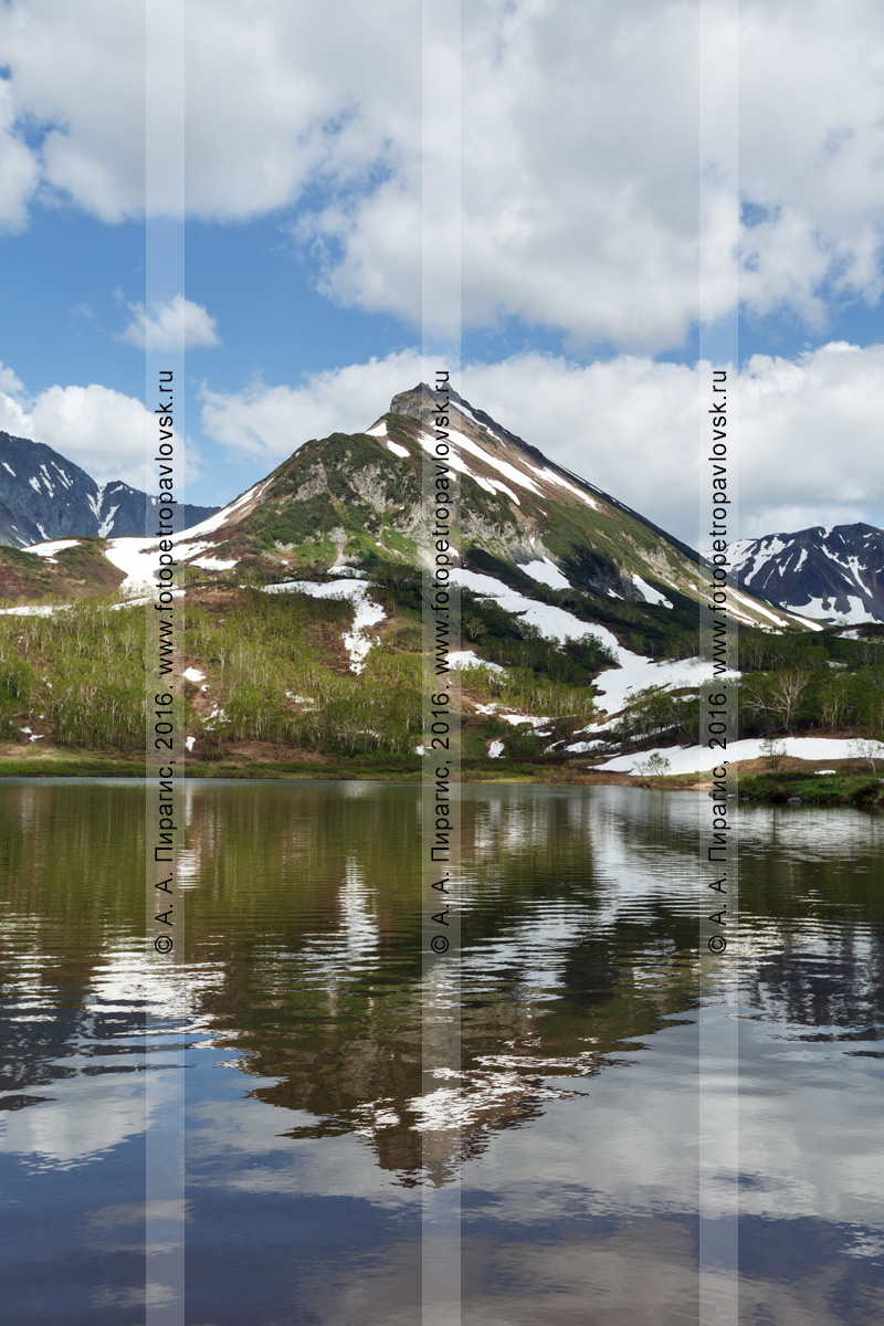 Фотография: летний камчатский пейзаж — горный массив Вачкажец, вид на гору Летняя Поперечная и ее отражение в озере Тахколоч. Полуостров Камчатка