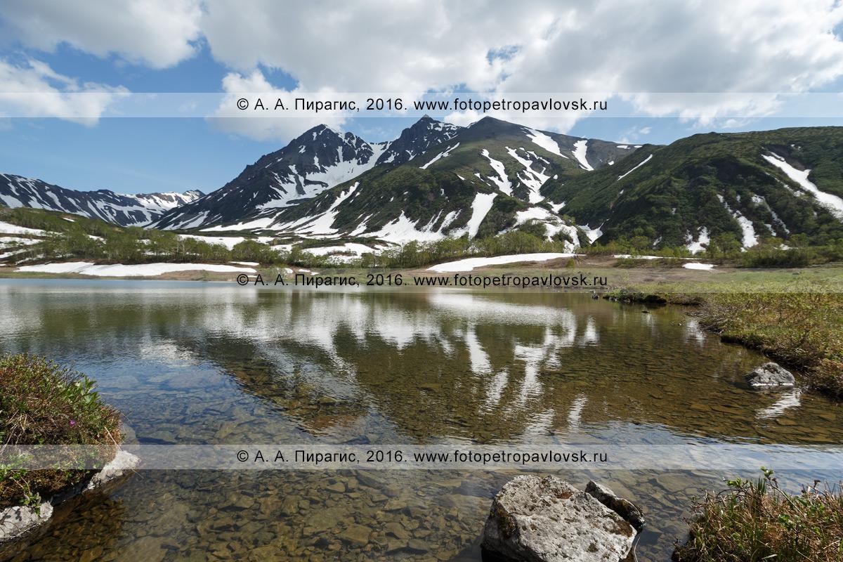 Фотография: камчатский летний пейзаж — вид на озеро Тахколоч и гору Вачкажцы в горном массиве Вачкажец. Полуостров Камчатка