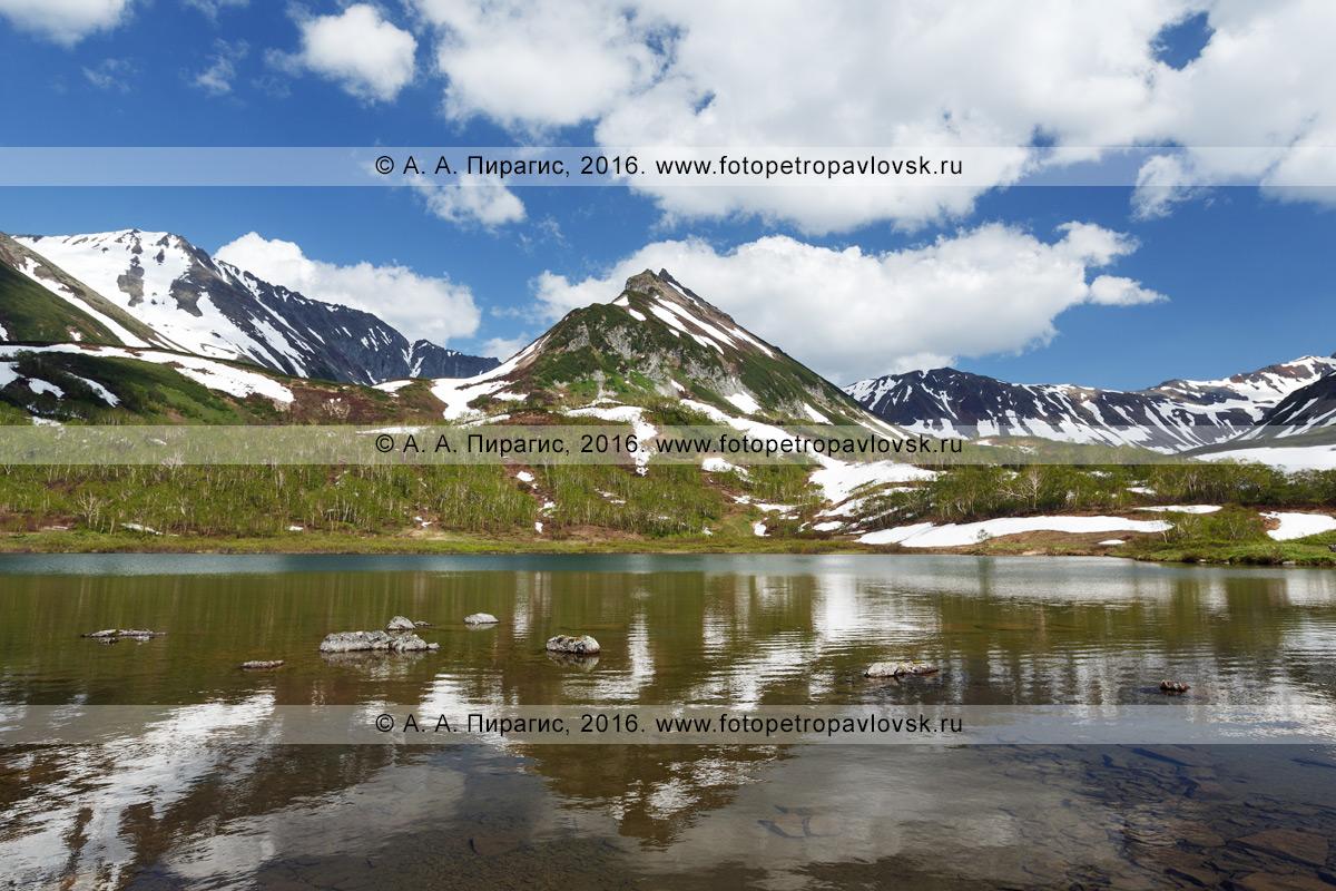Фотография: летний пейзаж Камчатки — красивый вид на гору Летняя Поперечная в горном массиве Вачкажец и ее отражение в озере Тахколоч. Камчатский край