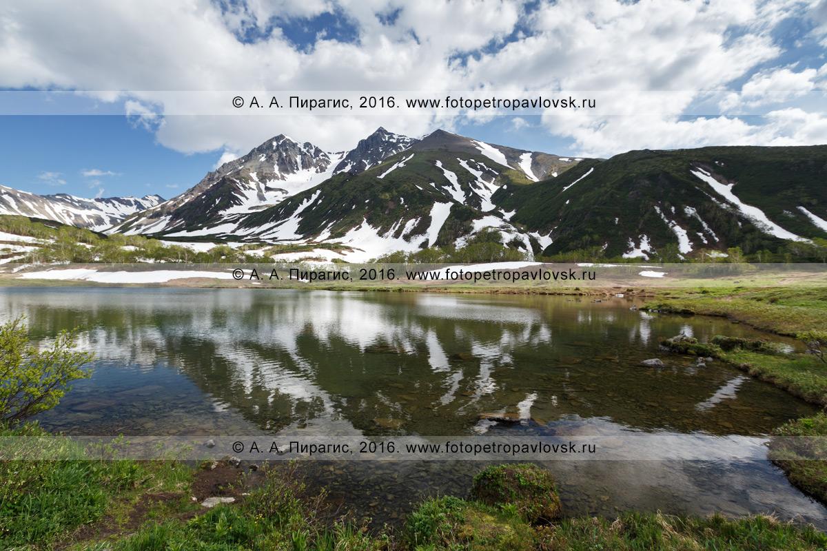 Фотография: летний пейзаж Камчатки — живописный вид на гору Вачкажцы в горном массиве Вачкажец и ее отражение в озере Тахколоч. Камчатский край