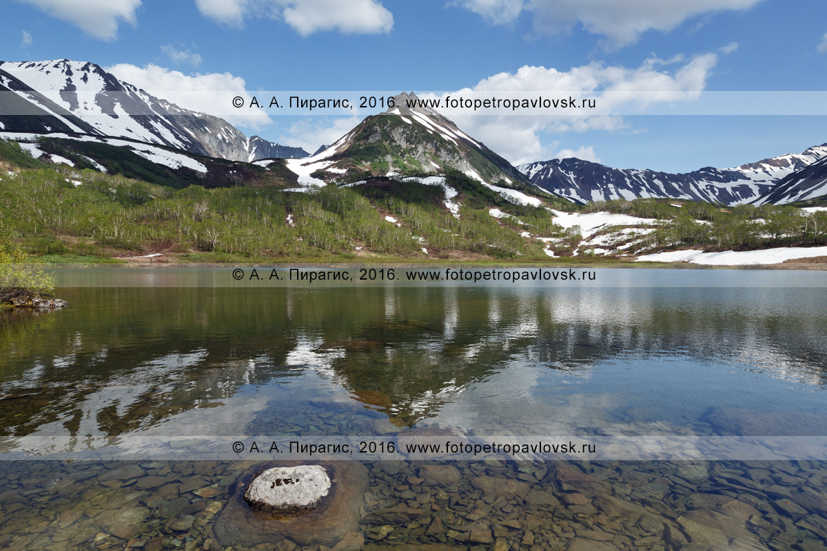 Фотография: лето на Камчатке, живописный горный массив Вачкажец, вид на гору Летняя Поперечная и ее отражение в озере Тахколоч. Камчатский край