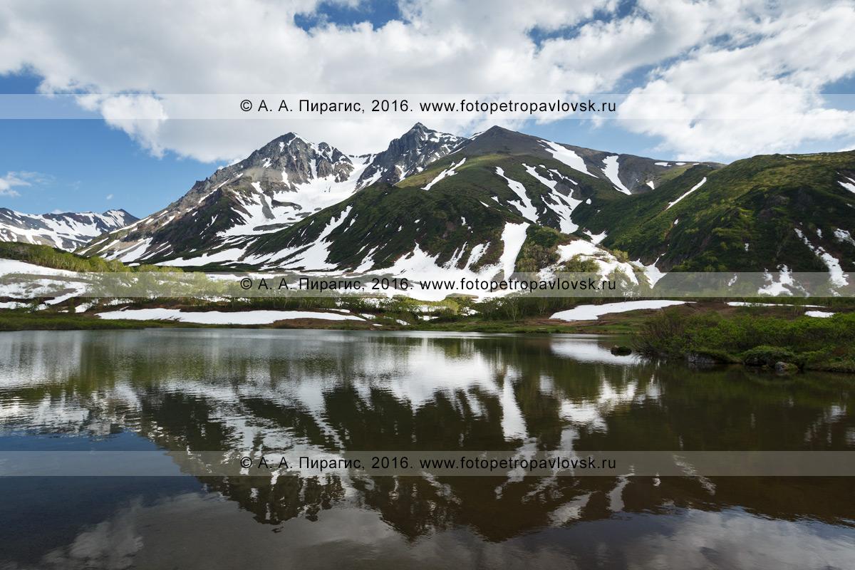 Фотография: летний камчатский горный пейзаж — красивый вид на гору Вачкажцы и озеро Тахколоч в горном массиве Вачкажец. Полуостров Камчатка