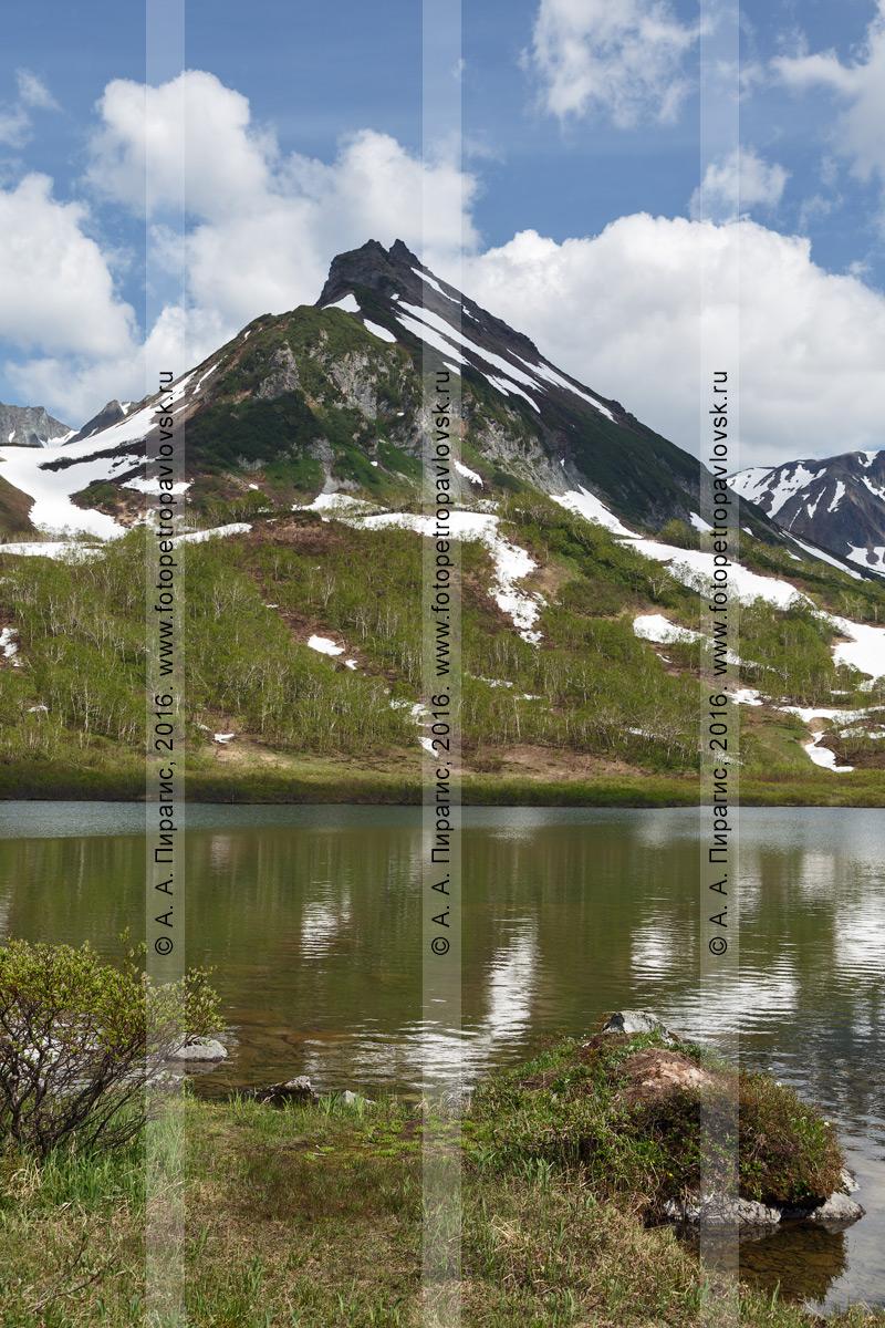 Фотография: летний горный пейзаж Камчатского края — гора Летняя Поперечная, озеро Тахколоч в горном массиве Вачкажец