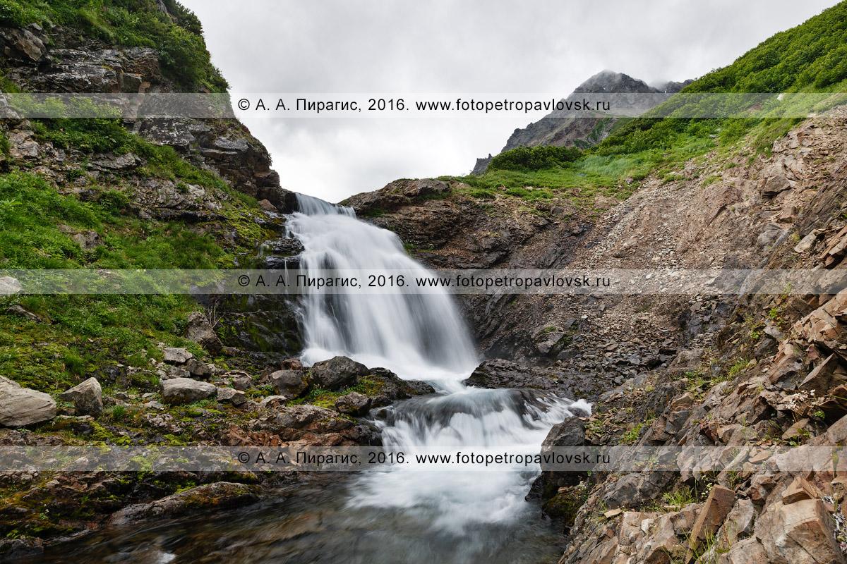 Фотография: летний камчатский горный пейзаж — вид на водопад на реке Тахколоч в горном массиве Вачкажец