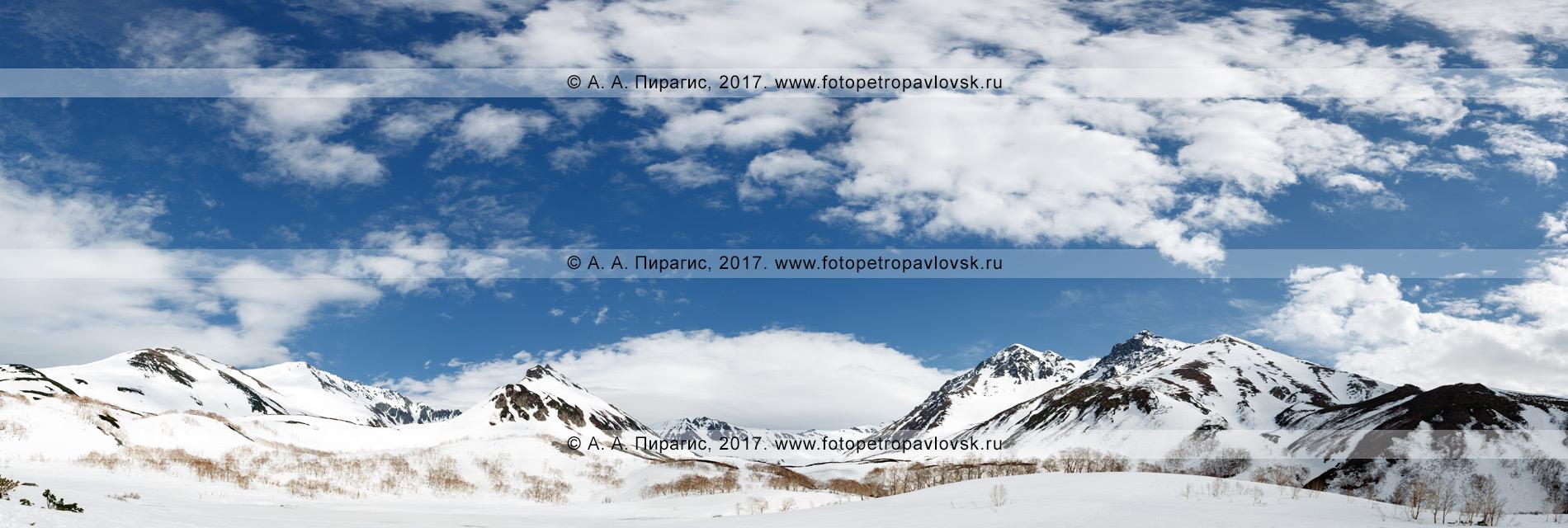 Панорамная фотография: живописный вид на горный массив Вачкажец в Южно-Быстринском хребте на полуострове Камчатка
