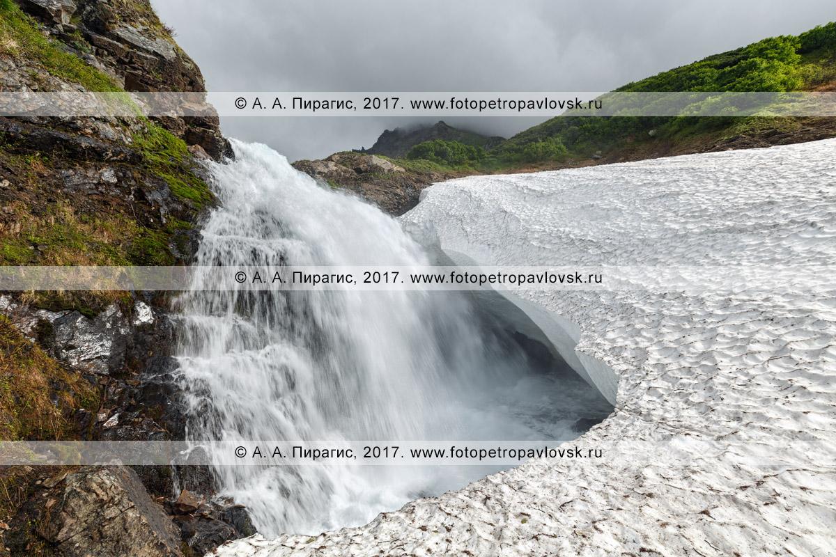 Фотография: летний пейзаж Камчатки — красивый водопад на горной реке Тахколоч в горном массиве Вачкажец