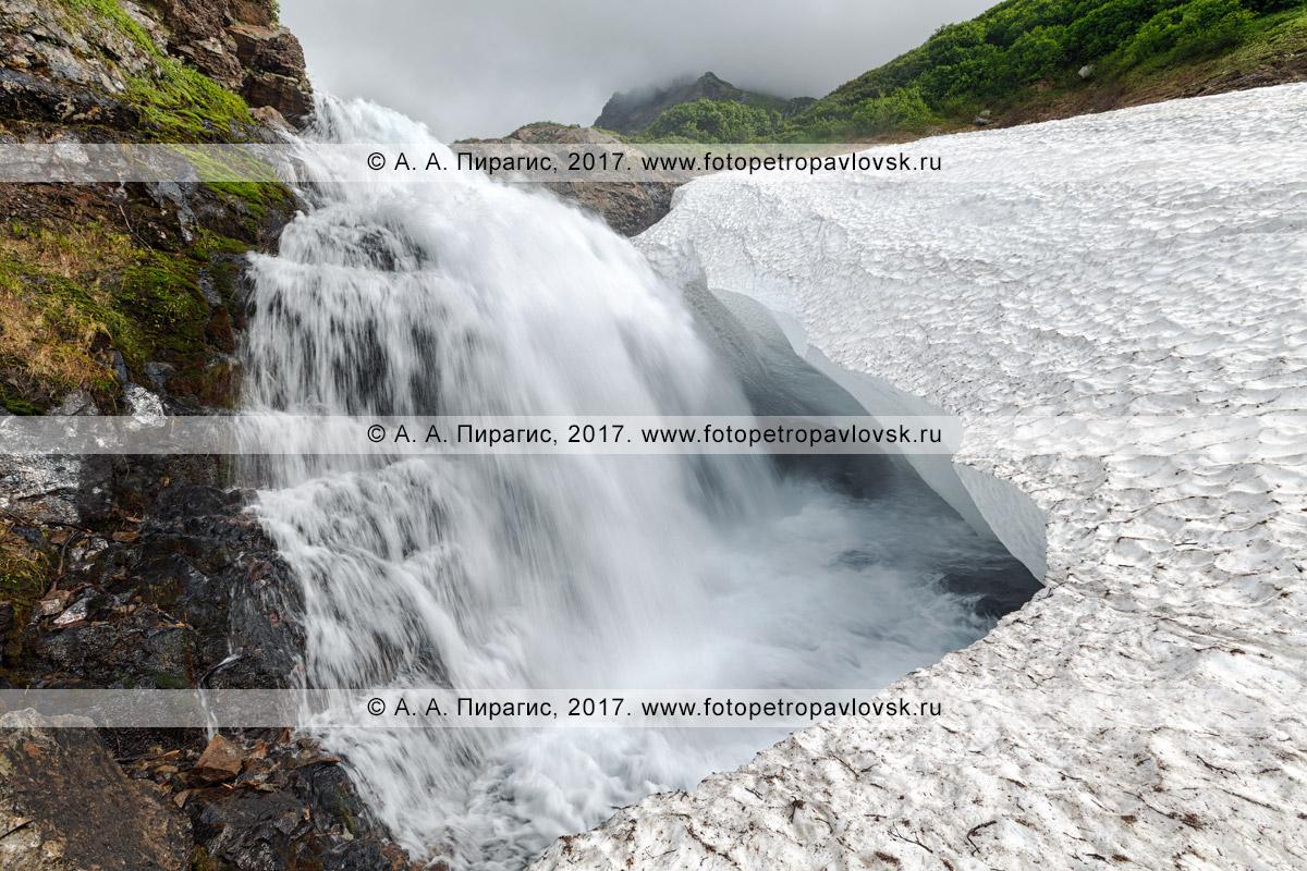 Фотография: камчатский летний горный пейзаж — живописный водопад на реке Тахколоч в горном массиве Вачкажец