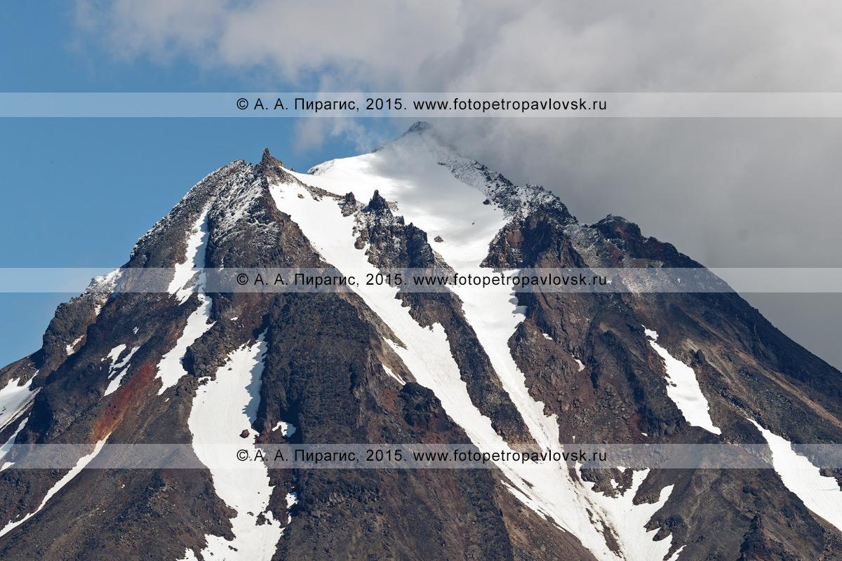Фотография: камчатский вулканический пейзаж — живописный вид на вершину Вилючинского вулкана (Vilyuchinsky Volcano). Полуостров Камчатка