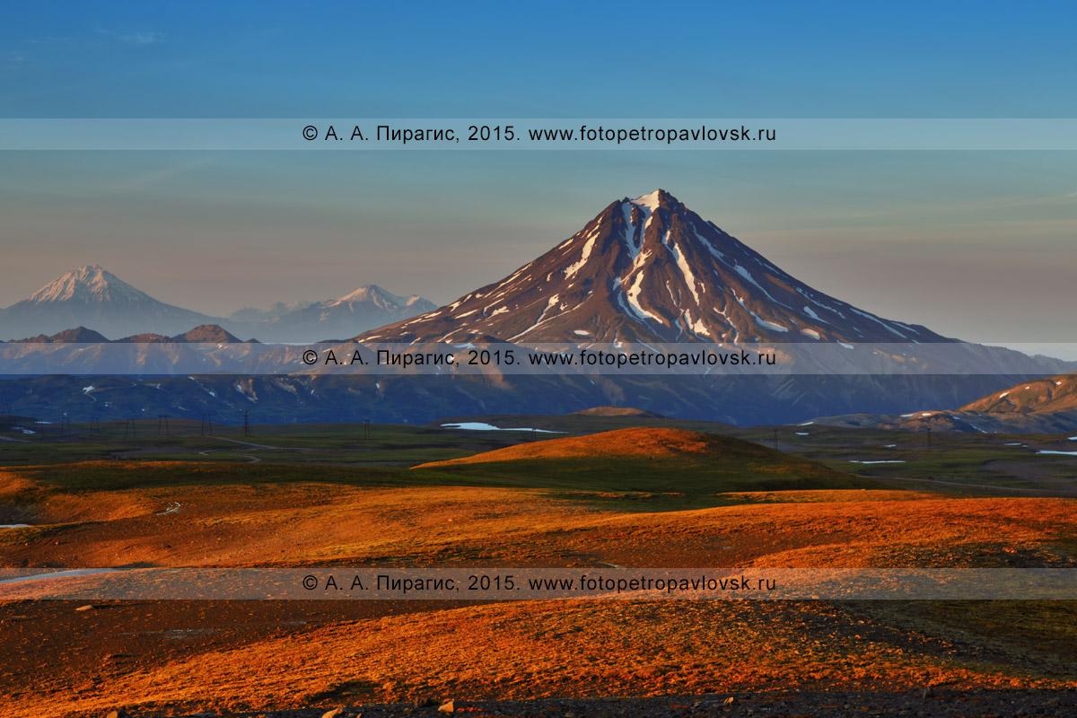 Фотография: красивый осенний камчатский пейзаж — живописный вид на вулкан Вилючинская сопка на закате солнца. Полуостров Камчатка