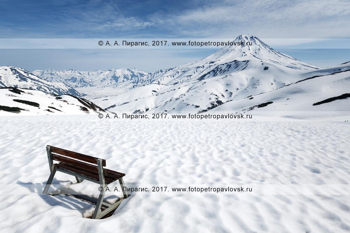 Фотография: скамейка на Вилючинском перевале для отдыха туристов и путешественников и наблюдением за Вилючинским вулканом (Vilyuchinsky Volcano) в Камчатском крае