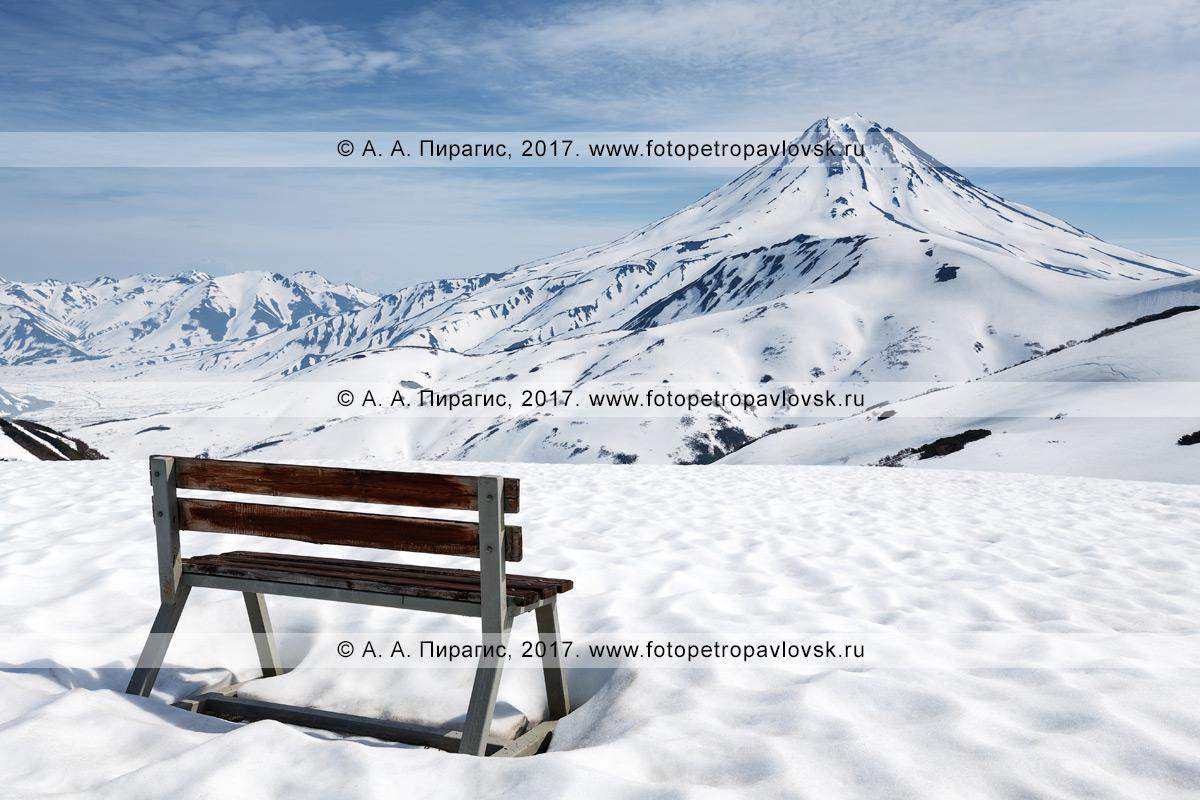 Фотография: туристическая скамейка, установленная на Вилючинском перевале для отдыха туристов и путешественников и наблюдением за вулканом Вилючинская сопка на полуострове Камчатка