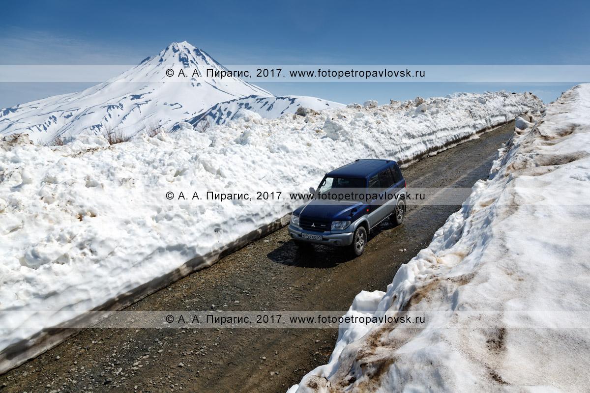 Фотография: японский полноприводный автомобиль Mitsubishi Pajero iO едет по горной дороге на Вилючинском перевале на полуострове Камчатка